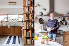 Rubén eligió una alternativa inusual para la cocina: lámparas de tablero que basculan y se direccionan a gusto del cocinero. Las puertas de las alacenas, por su parte, están hechas goiabao con una ranura triangular en lugar de herraje.  /Magalí Saberian
