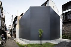 Shoji Screen House is a minimal residence located in Osaka, Japan, designed by Yoshiaki Yamashita Architect & Associates. The 66 square meter site is adjacent a brick wall, and features a windowless. Post Modern Architecture, Minimalist Architecture, Japanese Architecture, Facade Architecture, Residential Architecture, Architectural Digest, Shoji Screen, Screen House, Corner House