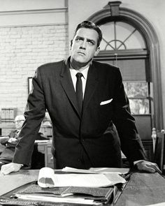 "RAYMOND BURR IN THE TV PROGRAM ""PERRY MASON"" - 8X10 PUBLICITY PHOTO (OP-651)"