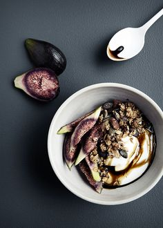 figs with yogurt and granola – food photography by Line Thit Klein