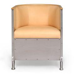 Mats Theselius ritade fåtöljen Aluminium 1990. Idag tillhör den de riktiga svenska klassikerna och används flitigt både i privat och i offentlig miljö. Aluminium finns i läder med matt eller blank aluminium. Natur eller svartbetsad karm. Produceras av Källemo.