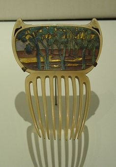 File:Peigne  Bijou Renée Lalique. Musée Calouste Gulbenkian, Lisbonne (Portugal) Bijoux Art Nouveau, Art Deco Jewelry, Tableware, Glass, Fondue Forks, Accessories, Lisbon Portugal, Objects, Dinnerware