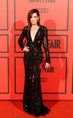 """""""Nieves Álvarez, deslumbrante con este ajustado vestido negro de Elieb Saab con pequeñas incrustaciones en la fiesta del V aniversario de la revista Vanity Fair."""""""