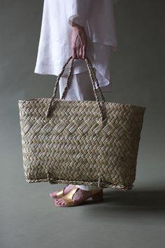 Flax Weaving, Basket Weaving, Look Fashion, Fashion Bags, Bow Bag, Maori Art, Straw Tote, Basket Bag, Weaving Techniques