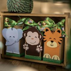 """91 curtidas, 2 comentários - Paty's Biscuit (@patysbiscuit) no Instagram: """"Topinho com vela Bichinhos do Bosque (Woodland), para a Beatriz e a mamãe Luciana!😍 . Orçamentos e…"""" Safari Theme Birthday, Birthday Party Themes, Jungle Party, Safari Party, Baby Gift Wrapping, Sonic Party, Cute Baby Shower Ideas, Party Bags, Animal Party"""