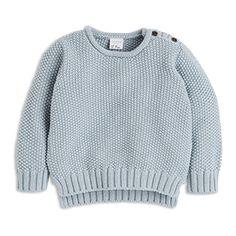 En mysig, stickad tröja i en härlig ljusblå nyans.