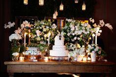 Mesa de doces decorada com tulipas e orquídeas brancas