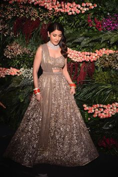 Find top 21 trending metallic bridal lehenga designs for this wedding season. Metallic bridal lehenga designs you cannot afford to miss, must check out once. Indian Bridal Outfits, Indian Bridal Wear, Indian Designer Outfits, Designer Dresses, Indian Bridal Lehenga, Indian Reception Outfit, Reception Gown, Wedding Reception, Bridal Dupatta