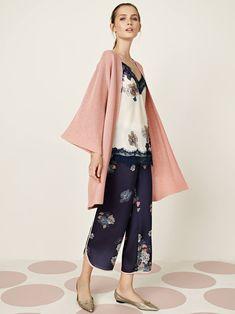 Un look dall'allure sofisticata per esaltare la tua femminilità contemporanea. Sporty Chic, Spring Summer 2018, Kimono Top, Tulle, Outfit, Tops, Women, Fashion, Elegant