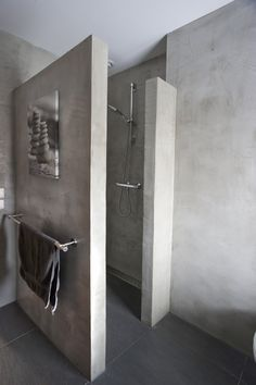 Nice inspirational picture for our concrete look. Materials for wall finishing: Concrete, Tadelakt, Bathroom Toilets, Small Bathroom, Master Bathroom, Bad Inspiration, Bathroom Inspiration, Wc Decoration, Concrete Bathroom, Concrete Shower, Wet Rooms