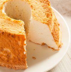 El Pastel de ángel (Angel Food Cake) es un bizcocho de claras ligero y esponjoso, muy peculiar por su color y textura. Sigue estos pasos y quedará perfecto.