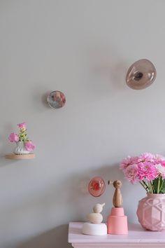 De favoriete design wandobjecten van PRCHTG   vtwonen Sconces, Bubbles, Wall Lights, New Homes, Design, Furniture, Home Decor, Crates, Flowers