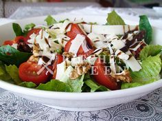 Σε ένα μπωλ ανακατεύουμε το σπανάκι, το μαρούλι, τα ντοματίνια, τις λιαστές ντομάτες, αλάτι, πιπέρι και τα καρύδια. Ανακατεύουμε καλά την κρέμα μπαλσάμικο με το χυμό λεμονιού και 6 κ.σ. ελαιόλαδο κ… Cobb Salad, Food, Meals, Yemek, Eten