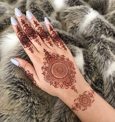 Circle Mehndi Designs, Round Mehndi Design, Henna Flower Designs, Pretty Henna Designs, Latest Henna Designs, Mehndi Designs Feet, Finger Henna Designs, Modern Mehndi Designs, Mehndi Designs For Girls