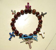 Ι put together in a bracelet some little crosses that were lying around and used to be worn as neckleces. Now they keep company to each other...--- παλιά σταυρουδάκια που έγιναν βραχιόλι! ένα εναλλακτικό...κομποσκοίνι