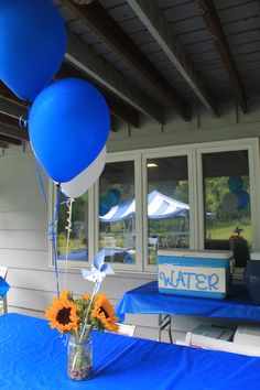 Mason jars + sunflowers + pinwheels + balloons make a great outdoor centerpiece! Drink labels in party colors and fun fonts are a nice touch to any party.