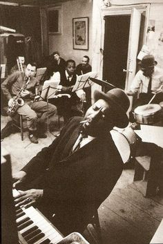 Thelonious Monk (1917-1982) fue un pianista y compositor estadounidense de jazz. Fundador del bebop, tocó también bajo el influjo del hard bop y del jazz modal. Es conocido por su estilo único de improvisación.