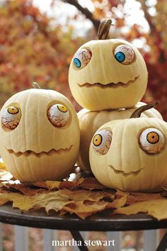 Creating your own googly-eyed monsters with our step-by-step tutorial for this spooky jack-o-lantern. Paint them green for a zombie pumpkin or use white pumpkins for wide-eyed ghosts. #marthastewart #pumpkins #diypumpkins #falldecor #halloween Diy Halloween, Humour Halloween, Printable Halloween, Halloween Mignon, Cute Halloween Decorations, Vintage Halloween, Halloween Stuff, Family Halloween, Halloween Costumes