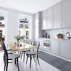 """This is also from the apartment that now is for sale via ✨ Love the marble together with the grey kitchen cabinets! Interior Design Videos, Grey Interior Design, Interior Design Kitchen, Design Interiors, New Kitchen, Kitchen Dining, Kitchen Decor, Kitchen Cabinets, Ikea"
