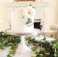 Pretty one tier wedding cake with flowers