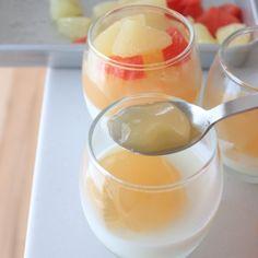 アガーは別容器で固めて冷やし、ブランマンジェにカットしたグレープフルーツと交互に重ねます。