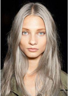 graue haare glänzend blau augen