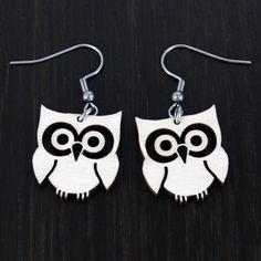 Onnellinen pöllö -korvakorut  Käy omasi tästä: Onnellinen pöllö -korvakorut kuuluvat meidän pöllö-korujemme tuoteperheeseen! Koruista nousee hymy huulille niitä katsoessa, joten mikä olisikaan parempi lahja vaikkapa ystävälle? Korvakorujen koko on noin 2 x 2,5 cm.  #samaskoru #korut #korvakorut Drop Earrings, Jewelry, Jewlery, Jewerly, Schmuck, Drop Earring, Jewels, Jewelery, Fine Jewelry