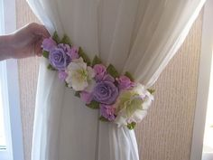ideas Curtain holder - Decoration landscaping architectural and artistic designs & decoration videos Felt Flowers, Diy Flowers, Flower Decorations, Fabric Flowers, Paper Flowers, Curtain Tie Backs Diy, Curtain Ties, Shabby Chic Curtains, Diy Curtains