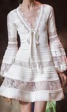 Elie Saab Spring 2019 Fashion Show Details. Ready-to-Wear collection, runway looks, details, models. All the Spring 2019 fashion shows from Paris Fashion Week in one place. Fashion Week, Look Fashion, Runway Fashion, Fashion Design, Fashion Trends, Paris Fashion, Womens Fashion, Fashion Ideas, High Fashion