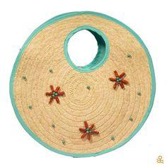 Beach escape? This straw tote with coral and turquoise beads is just what you need! Get it here / ¿Escape a la playa? ¡Este bolso de fibra de palma con apliques de turquesa y coral es justo lo que necesitas! Consíguelo aquí