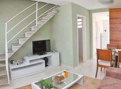 Tv embaixo da escada Small House Interior Design, Home Design Living Room, House Design, Micro House Plans, Modern House Floor Plans, Layouts Casa, House Layouts, Townhouse Interior, Interior Stairs
