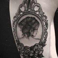 tattoo porta retrato vintage Tatuador fetattooer – All For Decoration Bild Tattoos, Sexy Tattoos, Body Art Tattoos, Tattoos For Guys, Sleeve Tattoos, Tattoos For Women, Cool Tattoos, Tattoo Life, Vintage Mirror Tattoo