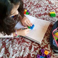 Sacándole el jugo a estos cubos conectores de @dacticchile Me los regaló mi cuñada @joselitta  como un juguete la verdad. Ahora que estamos en casa con clases se ha vuelto un material didáctico imprescindible para matemáticas. Antes usábamos porotos o garbanzos y bien... pero al ser pequeños y redondos se nos escapaban mucho 😂😂😂 Usamos piedras pintadas, lápices de colores, juguetitos chicos, con el fin de hacer más gráficos los conceptos matemáticos. Les dejo esta idea! Un abrazo y fuerza… Instagram, Truths, Teaching Aids, Chickpeas, Juice, Hug, Painted Rocks, Strength