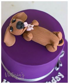 up close and personal with this little dachshund fondant cake topper. So cute!