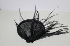 pequeño casquete en sinamay y plumas 8.5 cm  Wiredolls