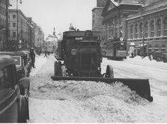 Jest rok 1939. Na zdjęciu pokazano pług do zgarniania śniegu w czasie odśnieżania na ul. Krakowskie Przedmieście w Warszawie. Z prawej widoczny tramwaj (tak, wtedy po Krakowskim Przedmieściu kursowały tramwaje).