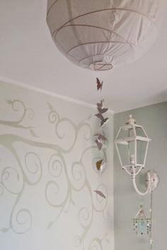 Kids room - diy - butterfly lamp Lampadario fai da te con farfalline volanti e un vero lampione per farle compagnia Progetto: filò