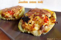 Le zucchine ripiene light sono un secondo piatto gustoso ma leggero al tempo stesso, ripiene di pomodorini e olive nere senza carne. Ricetta vegetariana.