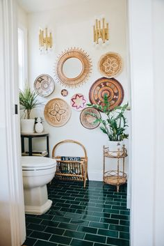 Second Lives: 10 Surprising New Uses for Old Baskets Ready to revamp your storage? Thinking of creating unique furniture or open shelving that's renter-friendly? Try these 10 Surprising New Uses for Old Baskets for an organic yet modern style overhaul. Bohemian Bathroom, Old Baskets, Woven Baskets, Cane Baskets, Vintage Baskets, Decoration Originale, Bathroom Wall Decor, Bathroom Plants, Small Bathroom