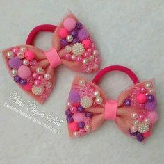 Hair bows with beads Making Hair Bows, Diy Hair Bows, Ribbon Hair, Ribbon Bows, Diy Headband, Baby Headbands, Baby Hair Accessories, Barrettes, Hairbows