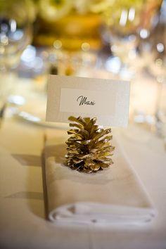 La pomme de pin dorée comme porte nom, une idée toute simple pour une table de fête