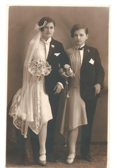 Courtesy of Weird Vintage Wedding photo, Budapest, c. (submitted by awkward-humanbeing) Vintage Bizarre, Creepy Vintage, Vintage Circus, Couples Vintage, Vintage Lesbian, Vintage Pictures, Old Pictures, Old Photos, Lilie Elsie