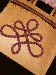 Táska varrás filcből magyar motívummal táska szabás táska szabásminta táska varrás Applique, Sewing, Crafts, Bags, Handbags, Dressmaking, Manualidades, Couture, Stitching