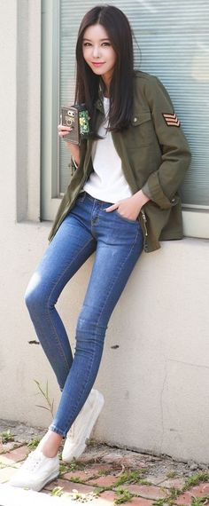 Street style | Khaki military jacket, jeans and white sneakers