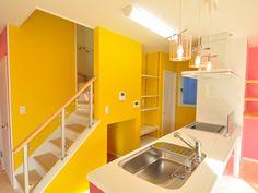 キッチン後ろの、階段段腰壁部分は、容姿が確認できる透明なアクリルの階段手すりを使用。