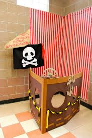 picture backdrop: i made a pirate ship boat with a box. Lined and decorated with felt. I made the wheel turnable and the kids had fun turning the wheel while taking their picture. Deco Pirate, Pirate Day, Pirate Birthday, Pirate Theme, Boy Birthday, Ballon Party, Picture Backdrops, Picture Booth, 4th Birthday Parties