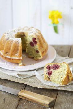 Ihr wollt den saftigsten Kuchen aller Zeiten? Dann umgehend diesen phänomenalen Eierlikörkuchen mit Kirschen und Mohn backen! Sehr verliebt.