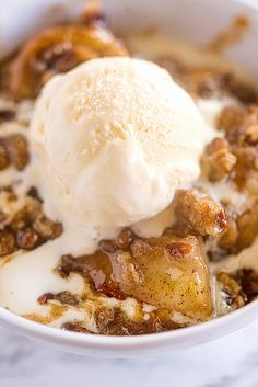 A delicious baked banana crumble served with ice cream or whipped topping Banana Split Dessert, Banana Dessert Recipes, Köstliche Desserts, Delicious Desserts, Banana Crumble, Crumble Topping, Whipped Topping, Homemade Banana Pudding, Bon Dessert