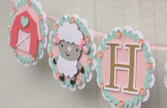 Este banner de granja Linda es seguro que será un éxito en tu próxima fiesta. * Banner está hecho de cartulina de alta calidad premium * varias capas para obtener un efecto 3d muy lindo. * banderines mide aproximadamente 5 * encadenado junto con cinta de raso hermosa. * Letras