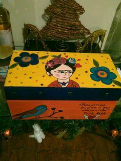 Alajero de madera,pintadoa a mano,con aplicaciones y dibujo de Frida Kahlo. Matlove Monica Cidrian.                                                                                                                                                      Más